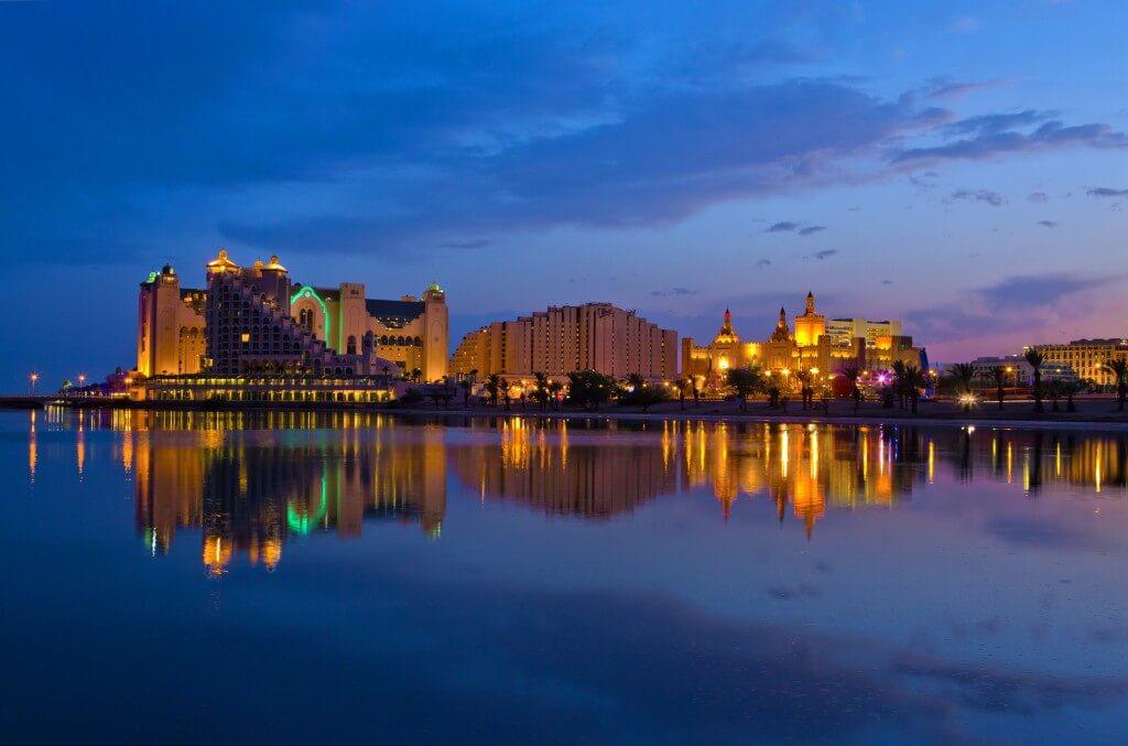 האור הנפלט מערים שנמצאות על קו החוף חודר גם למים. בתמונה: קו החוף של אילת המוארת בלילה. צילום: israeltourism, Flickr