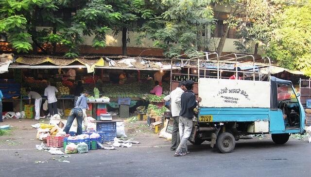 הובלת המזון לצרכנים משפיעה על אובדן המזון. צילום: shankar s., Flickr