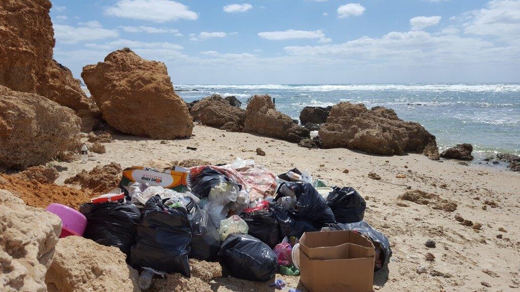 הפסולת מצטברת על החוף ולאזרחים אין הרבה רצון לנקות אותו. צילום: איריס ארבל