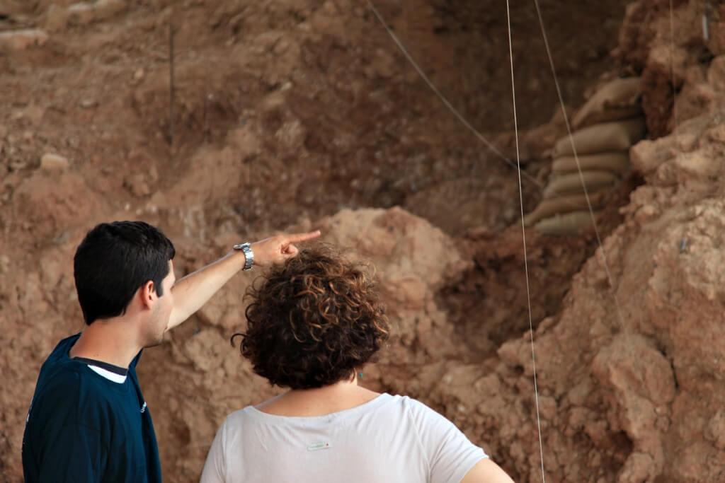 החפירה במערת קסם. הצניפות מספרות את הסיפור של הסביבה הקדומה. צילום: עודד קומאי