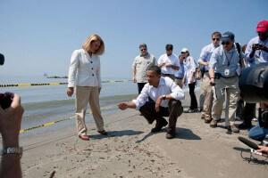 """נשיא ארה""""ב ברק אובמה בוחן כדור זפת מדליפת הנפט במפרץ מקסיקו, 2010. צילום: ,Chuck Kennedy Wikipedia"""
