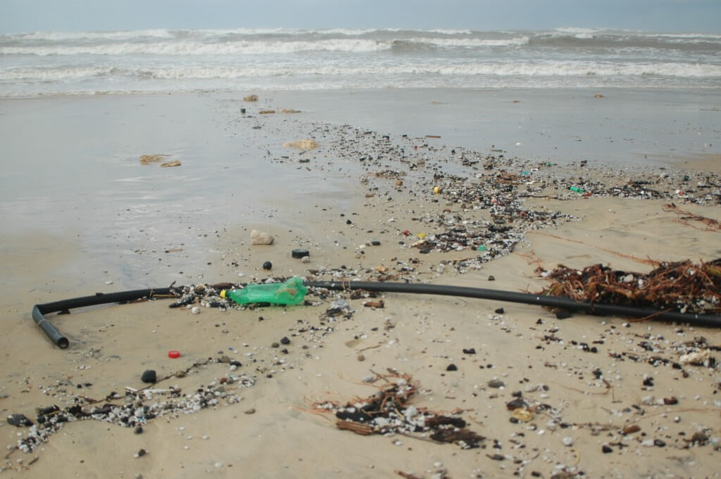פסולת פלסטיק בחוף שדות ים. תצלום: ארבל לוי