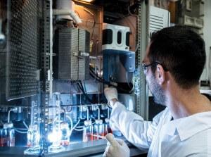 בישראל פועלת מעבדה שבה מחפשים דרכים לייצור דלק מפחמן דו-חמצני ומים. צילום: פרופ' מוטי הרשקוביץ