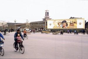שלט פרסום משנת 1994 הקורא להקפיד על מדיניות הילד האחד בסין. צילום: kattebelletje, Flickr