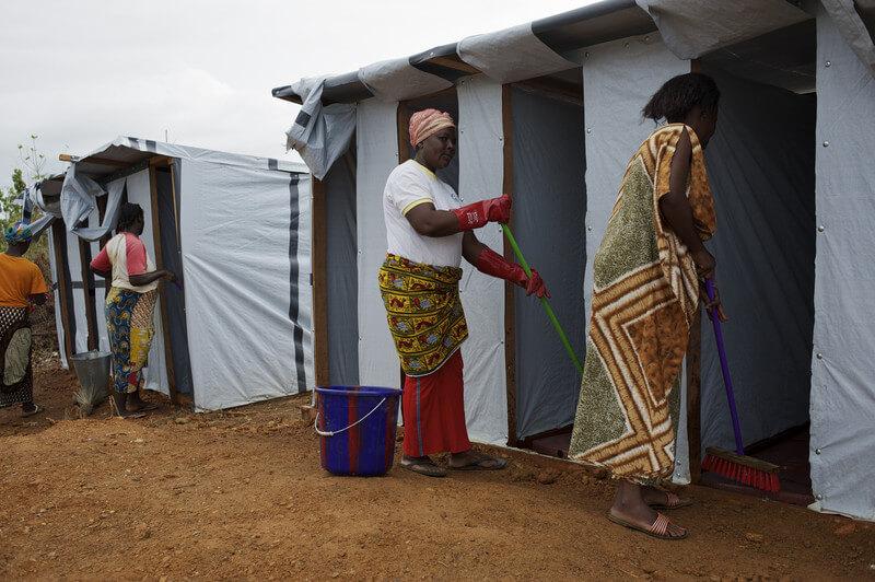 סניטציה לא מספקת גורמת לתחלואה מרובה. התמונה: ניקוי משתנות זמניות בליבריה. צילום: PROOxfam International, Flickr