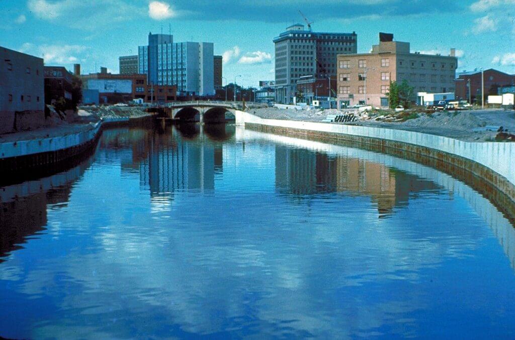 נהר פלינט. במשך שנים שימשו מימיו רק לגיבוי. צילום: ויקיפדיה