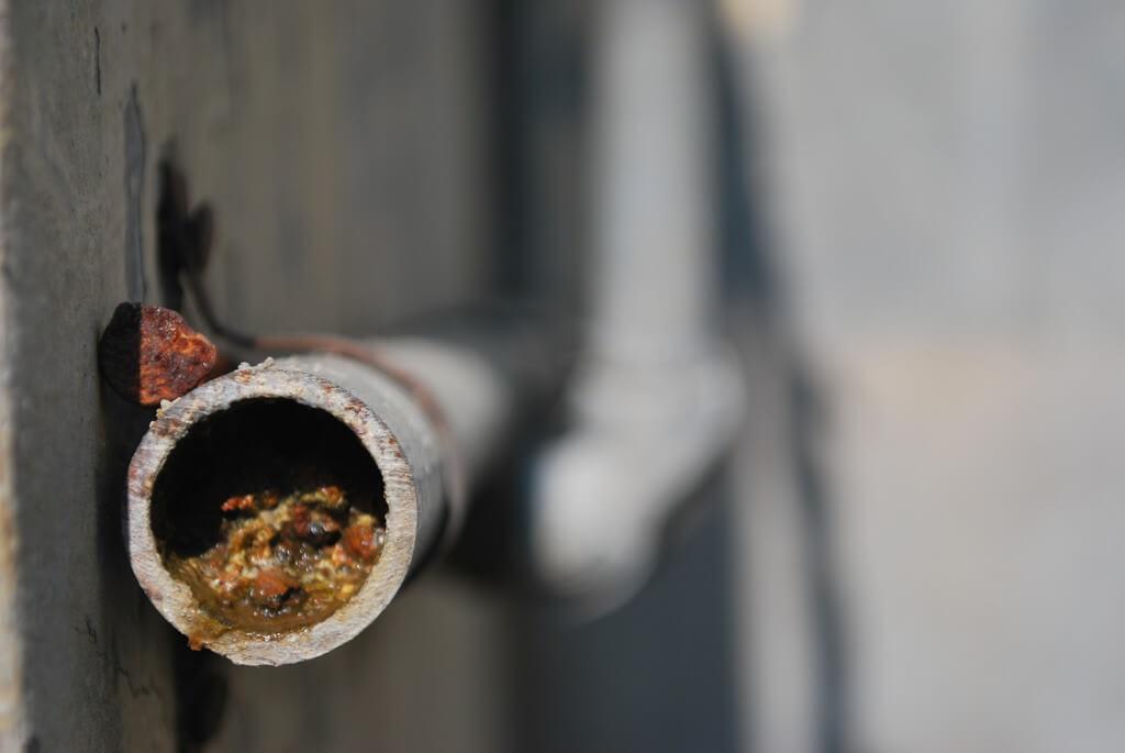 קורוזיה בצנרת. כאשר זורמים בצנרת מים ממקור חדש, חלקים משכבת החלודה מתמוססים. צילום: Harsha K R, Flickr