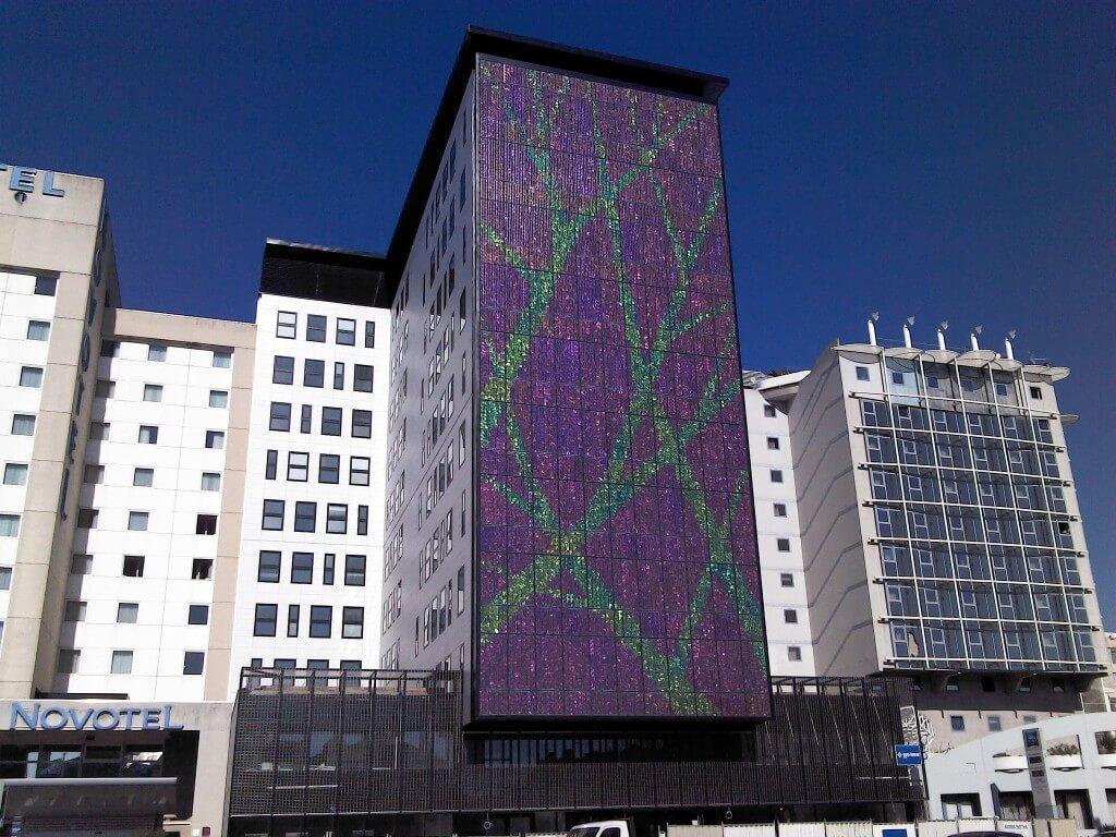 מבנים שנבנו בתקן ירוק תורמים לכלכלה במקומות עבודה, בתחזוקה ובחיסכון באנרגיה ובמים. בתמונה: לוחות סולאריים על חזית בניין. צילום: Greens MPs, Flickr
