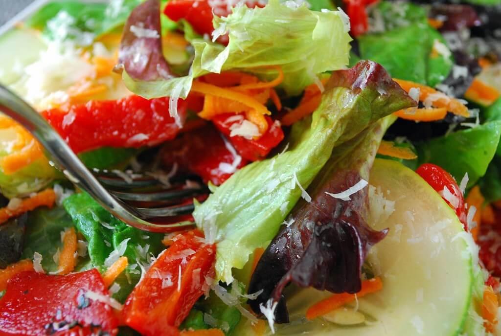 שרידי קרבמזפין נמצאו בגופם של מי שאכלו ירקות שהושקו בקולחין. צילום: Slice of Chic, Flickr