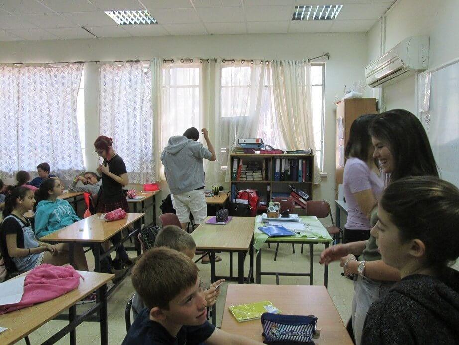 """תלמידי י'1 בעת הפעילות בבי""""ס יסודי גבע."""