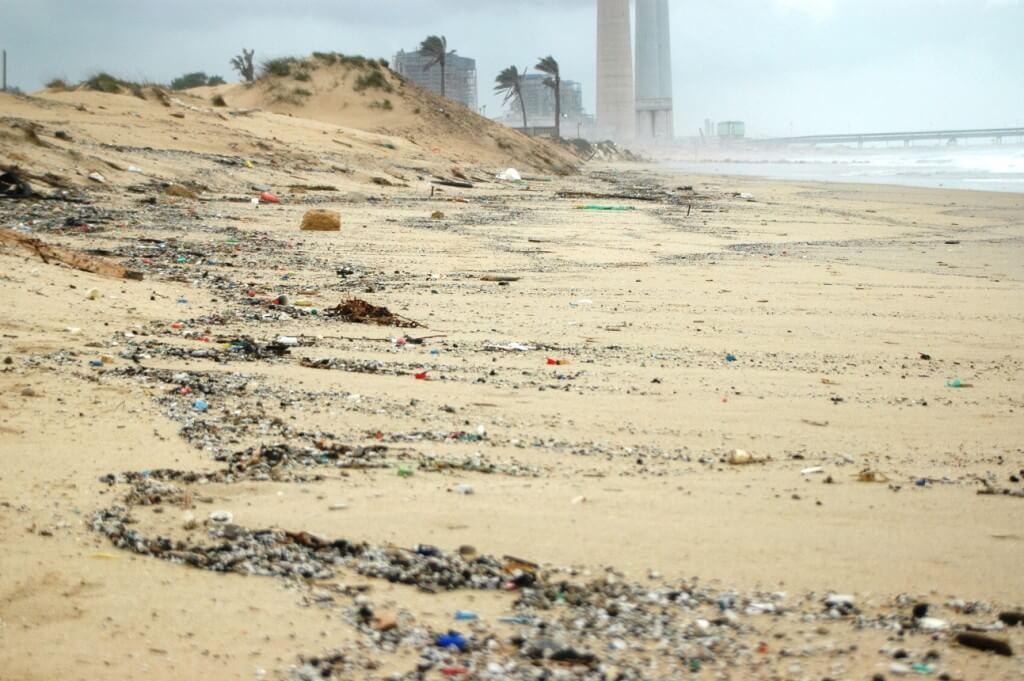 זיהום הים בפסולת פלסטיק זעירה היא בעיה מקומית וכלל-עולמית. צילום: ארבל לוי