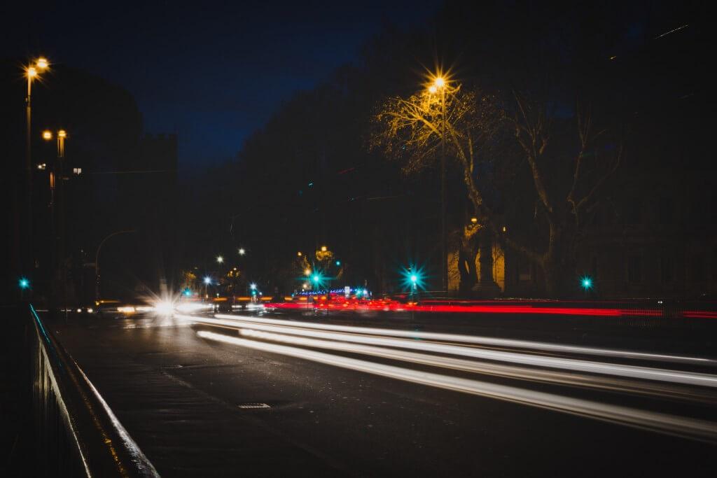 עץ ותאורת רחוב. תצלום: alex blajan