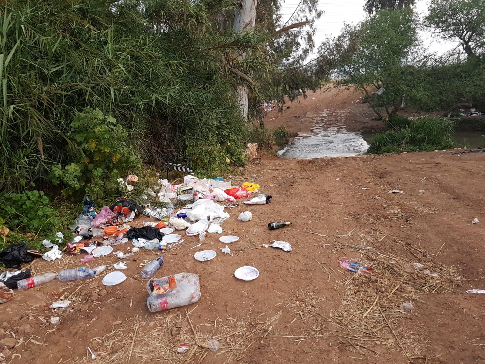 פסולת על גדות הירקון